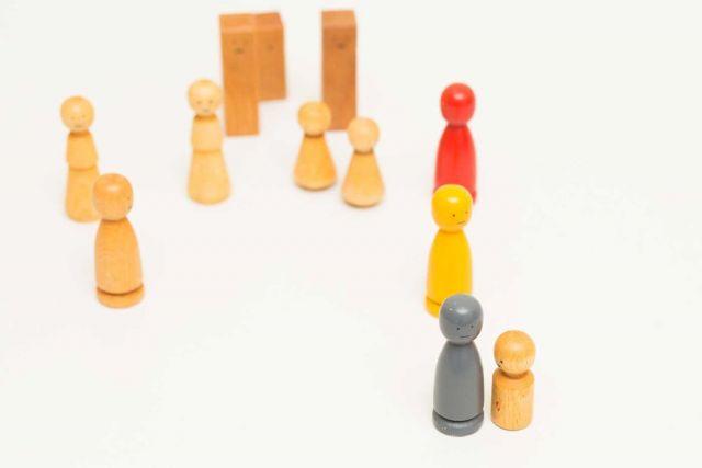 Personen als Holzspielfiguren in verschieden Farben