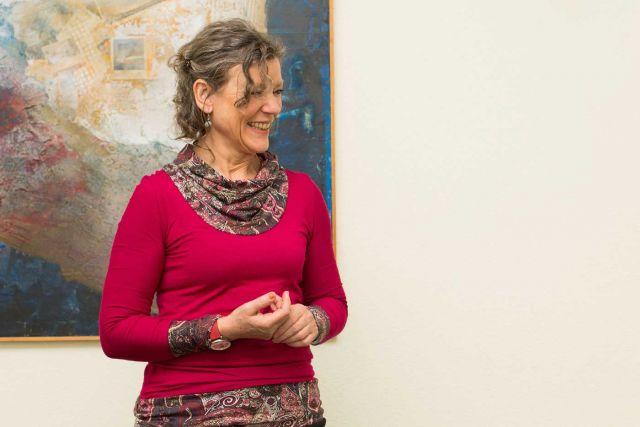 Madlen Tamm steht vor einem Gemälde